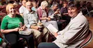 simon-armitage-with-audience-members-at-marsden-mechanics-hall-117928739