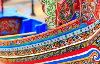 15052924-colorful-pattern-of-traditional-fisherman-boats-these-wooden-boats-were-made-and-painted-by-boat-mak